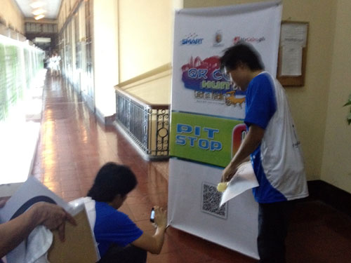SCANNING. Teammates Albert Padin and Paul Villacorta scan the QR code at the pit stop in Cebu Normal University to decipher the instructions for the next task. The two would win first runner up and take home a Lumia phone and a pocket Wi-Fi each. (PHOTO BY MAX LIMPAG)